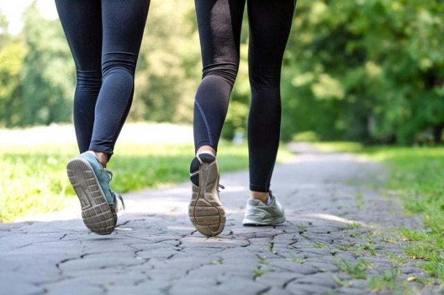 公園で体力作りにウォーキングする人