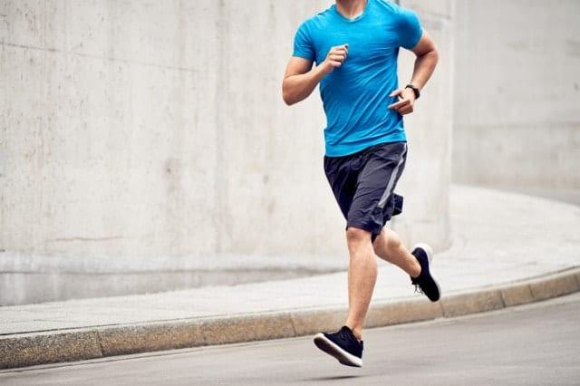 陸上パンツを履いて走る選手