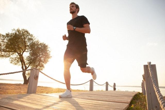 時計をつけてジョギングする人