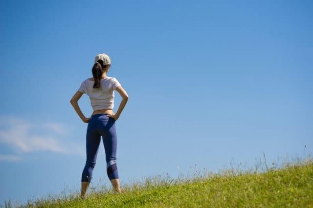 ウォーキングタイツを履いて運動する人
