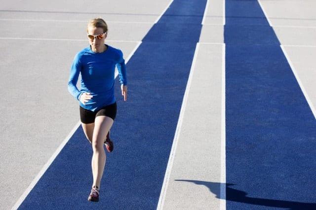 サングラスを着用して走る陸上選手