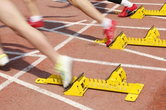 短距離走のスタートダッシュをする選手達