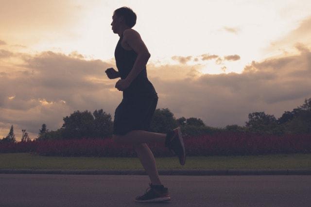 速いペースで走る男性