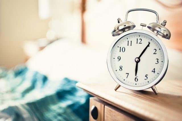 早朝の目覚まし時計