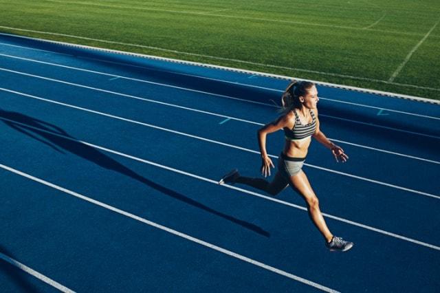 インターバル走をする短距離選手
