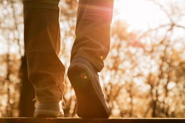 ウォーキングシューズを履いて歩く人
