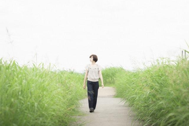 河川敷を歩く女性