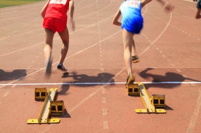 陸上競技の短距離走の選手達