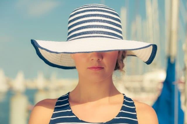 帽子でスッピンを隠す人