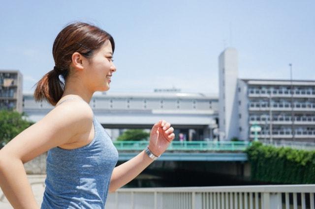 健康的にウォーキングする女性