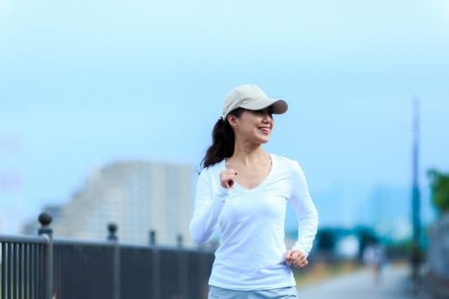 ダイエットのために歩く女性