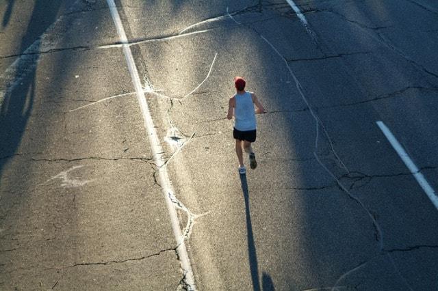 長い道のりを走る男性
