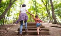 公園の中を歩く人