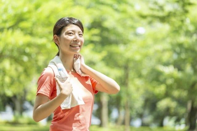 朝健康的に運動する人