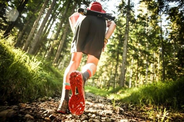 トレランパンツを履いて走るランナー