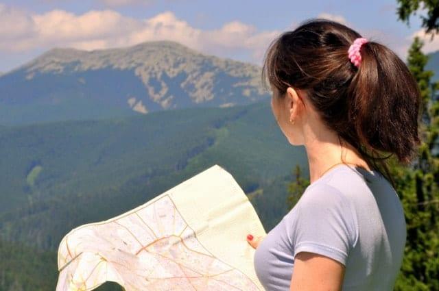 山で登山地図を見る人