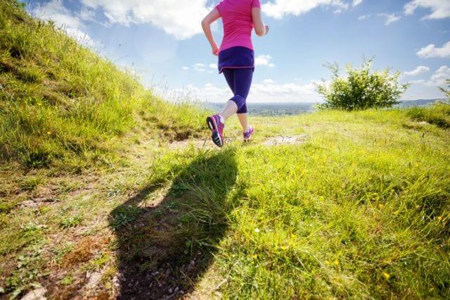 晴れた山を走る女性
