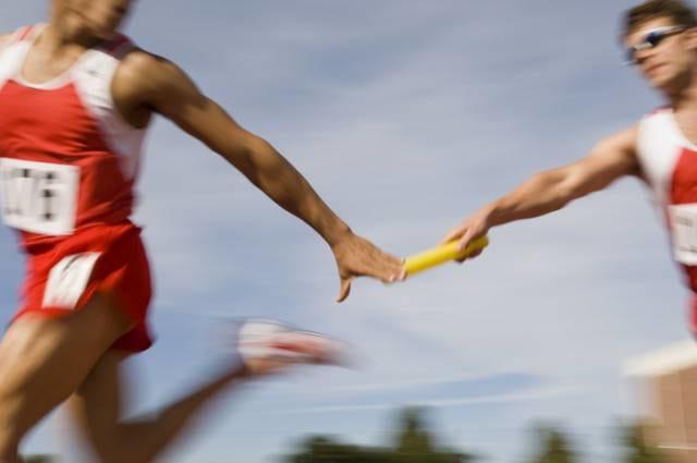 ユニフォームで走る陸上選手
