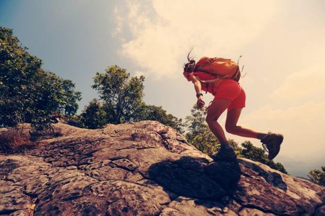 トレイルランニングで山を登る人