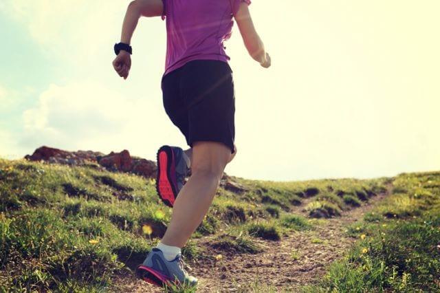 山で走るトレーニングをするランナー