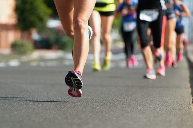 マラソン大会で走るランナー達
