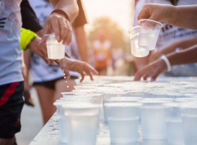 給水所で水を受け取るマラソンランナー