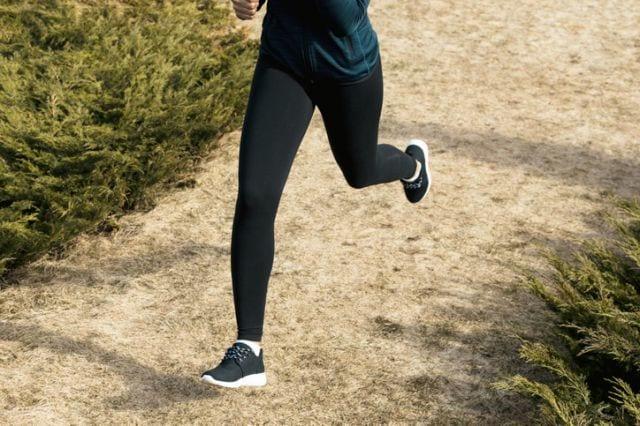 走るランナーの足