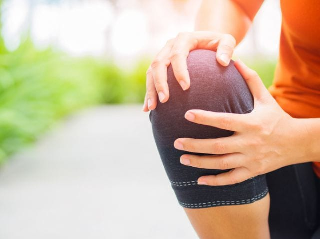 ランニングによる膝の痛みを抱える人
