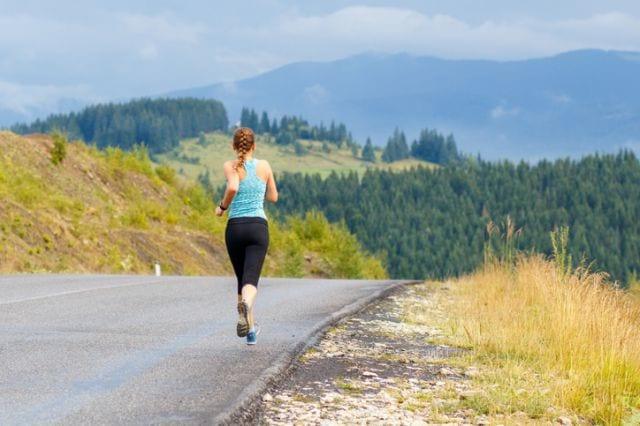 峠走をする女性ランナー
