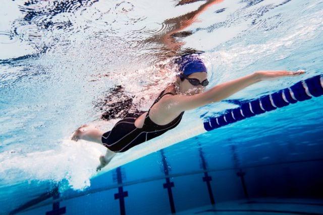 プールで泳ぐ人