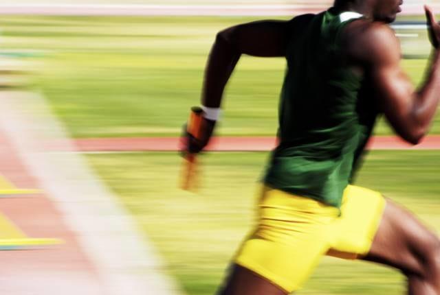 ユニフォームで走る短距離選手