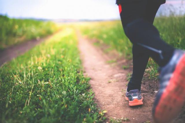 マラソンのトレーニングをする人の足元