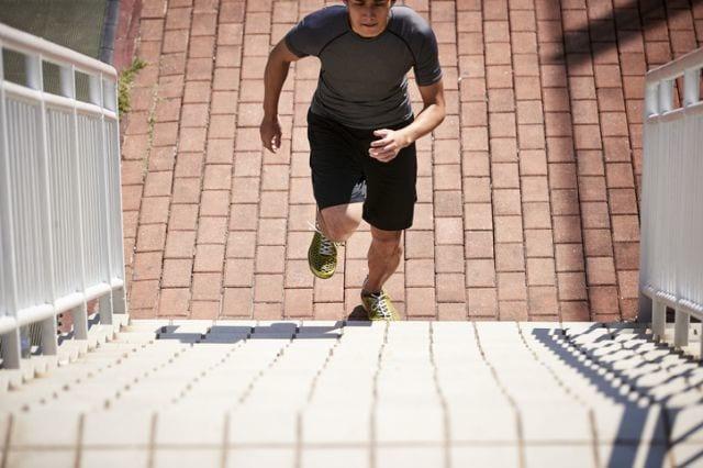 階段をダッシュで登る人