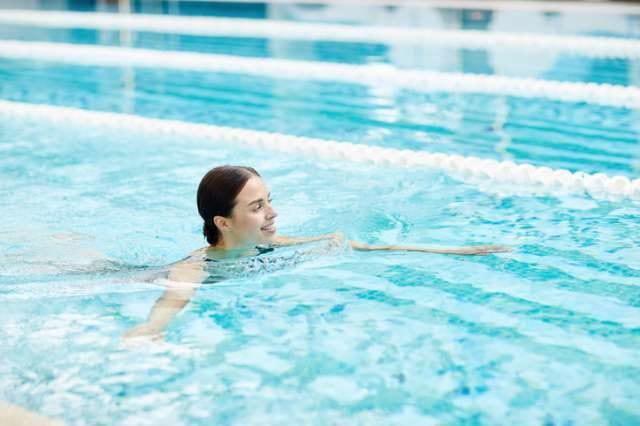ダイエットのために泳ぐ女性