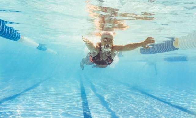 頑張って泳ぐ人