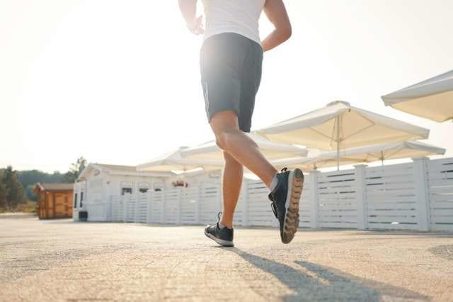 長距離を走る男性ランナー