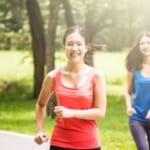 カロリーを消費するために走る女性たち