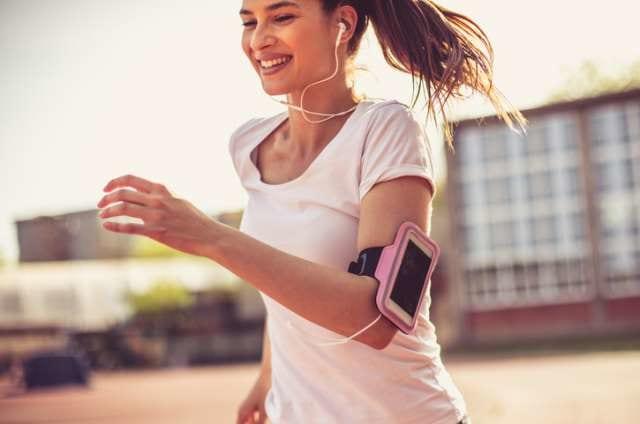 白色の速乾Tシャツを着て走る女性