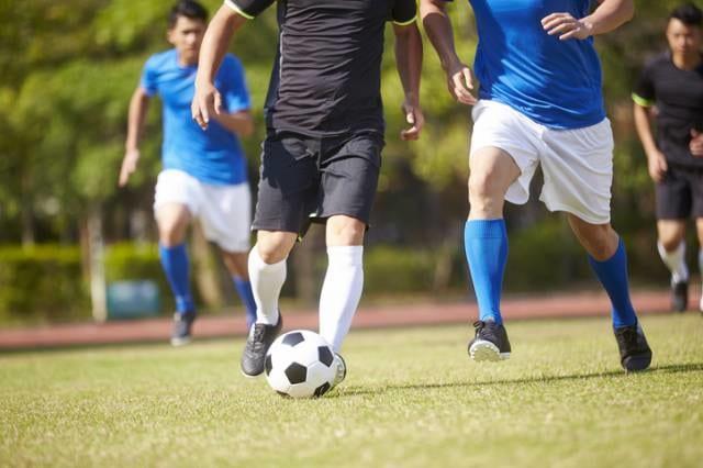 サッカーをする人