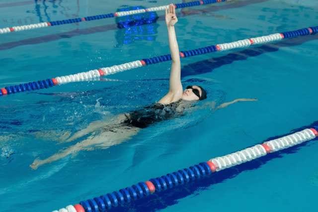 ゆっくり時間をかけて泳ぐ人