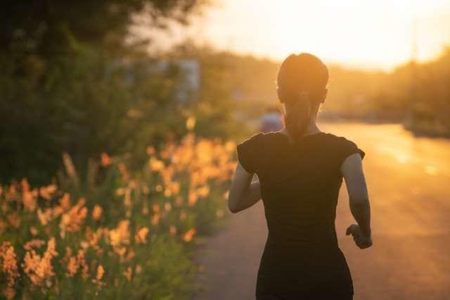 マラソンを走る女性ランナー