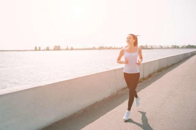 夏に運動をする女性