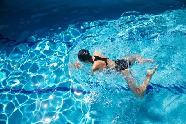 平泳ぎをする人
