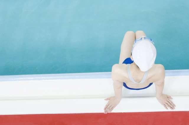 プールサイドの女性