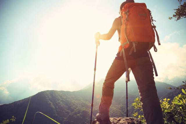 山を登る人