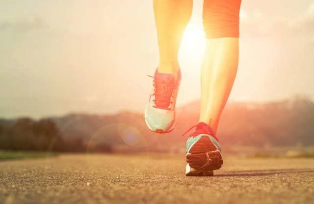 真夏の中走るランナーの足