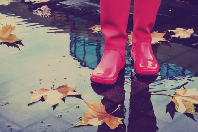 雨の日に歩く人の足