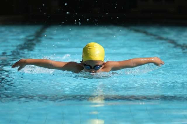 水泳を楽しむ子供