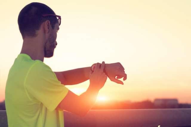 マラソンのタイムをチェックする男性