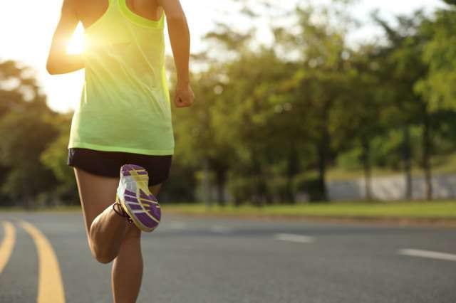 マラソン大会へ向けて走り込むランナー